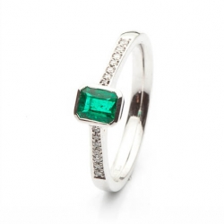 Emerald ring with diamonds by the sides model nr. 0152
